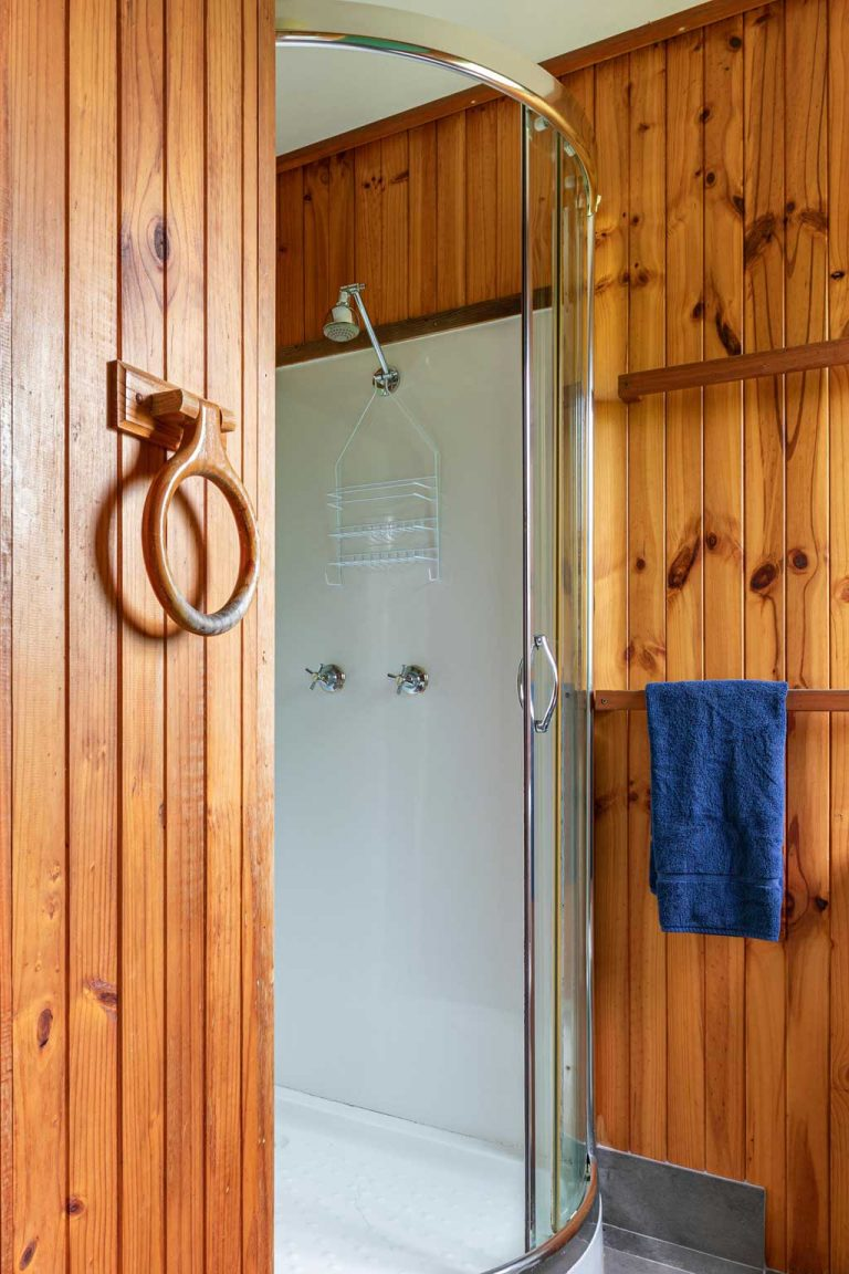 Cedar bathroom | Hunter Hideaway Cottages - Hunter Valley